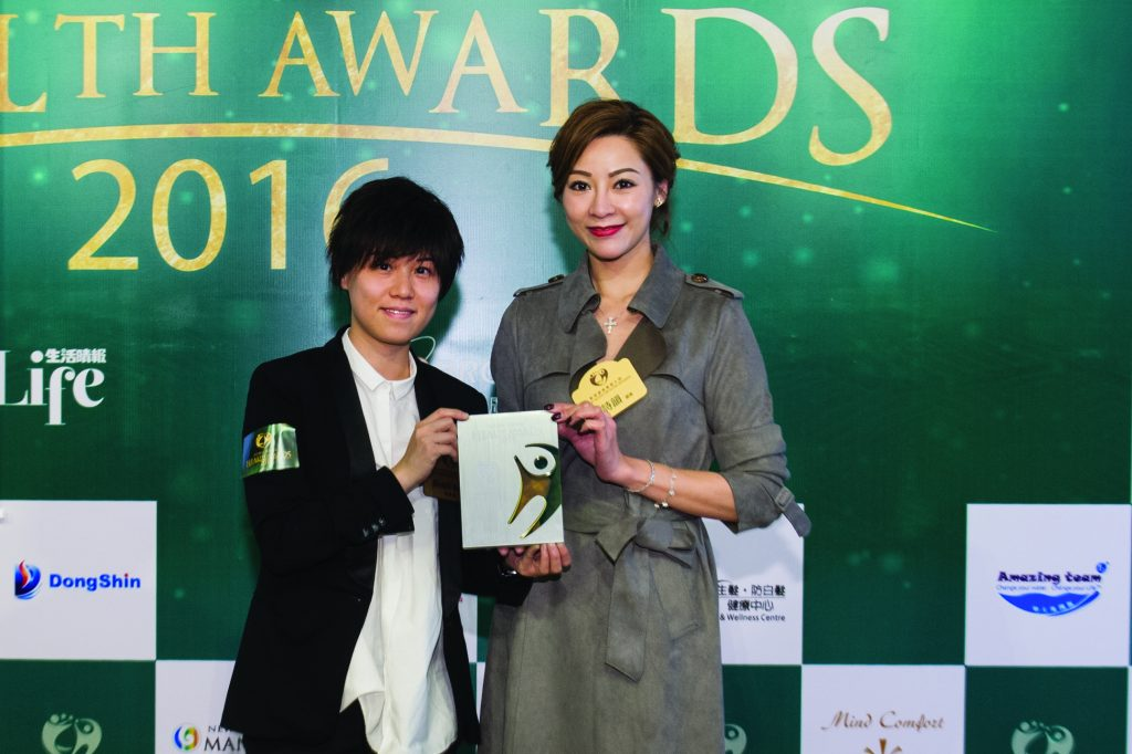 PhiDerma Aesthetics Centre代表Heidi Sum(左)在香港小姐陸詩韻小姐手上接過獎座。