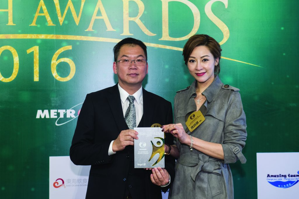 香港小姐陸詩韻小姐(左)頒發獎座予馬拉屋貓山王榴槤專賣代表Nicholas Ng。