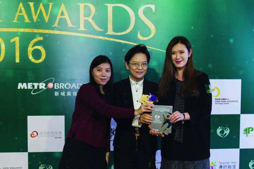 香港專業教育學院食品科技及安全課程主任方麗影博士(中)頒發獎座予兩位New Zealand Manuka Group代表。