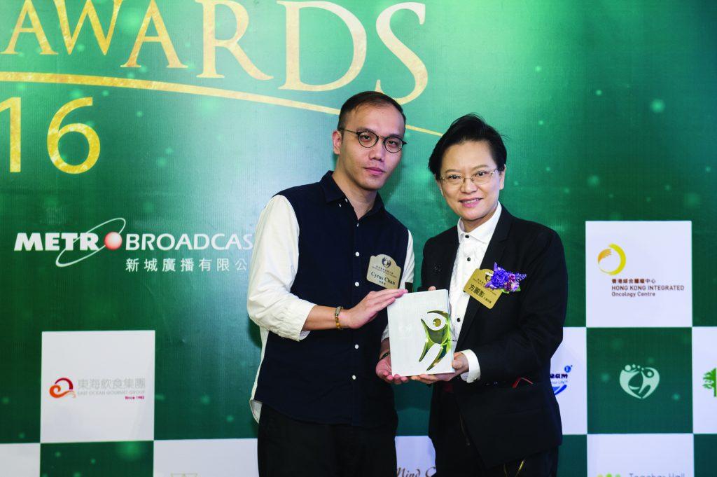 香港專業教育學院食品科技及安全課程主任方麗影博士(右)頒發獎座予東信貿易公司代表Cyrus Chan。