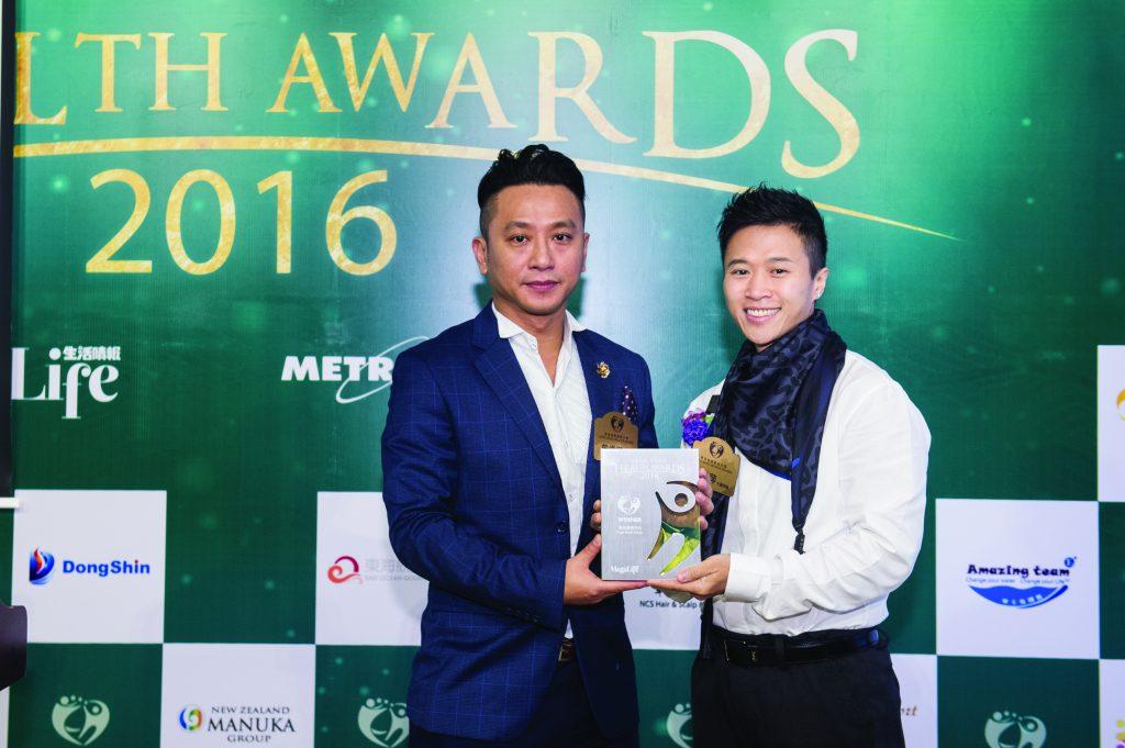 香港十大傑出健身教練王君萍(右)頒發獎座予Fight Hard Fitness執行董事及行政總裁曾偉傑先生。