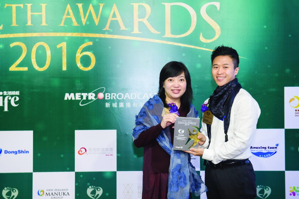 香港十大傑出健身教練王君萍(右)頒發獎座予烏髮軒生髮防白髮健療中心負責人嚴洭泳女士。
