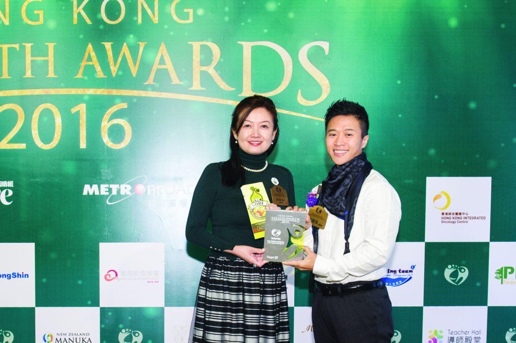 香港十大傑出健身教練王君萍(右)頒發獎座予SOBE有機生物科技有限公司Managing Director Jane So。