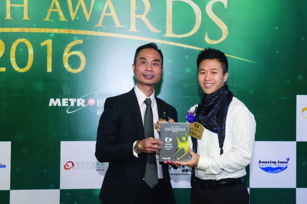 香港十大傑出健身教練王君萍(右)頒發獎座予Amazing Team創辦人及市場總監黃星軒先生。