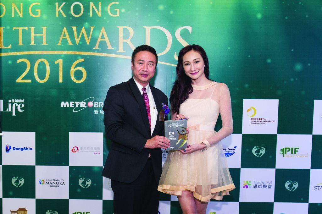 著名模特兒何紫綸小姐(右)頒發獎座予PIF Financial Solutions Limited 高級分區總監Raymond Wong。