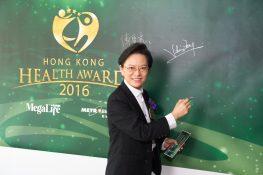 方麗影博士在簽名板上簽名留念。