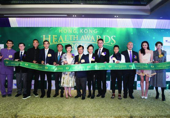 主禮嘉賓、評審及名人們一同剪綵,為「香港健康產業大奬2016」頒獎典禮揭開序幕。