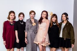 藝人陸詩韻小姐(左三)、何紫綸小姐(左四)及星座少女合影留念。
