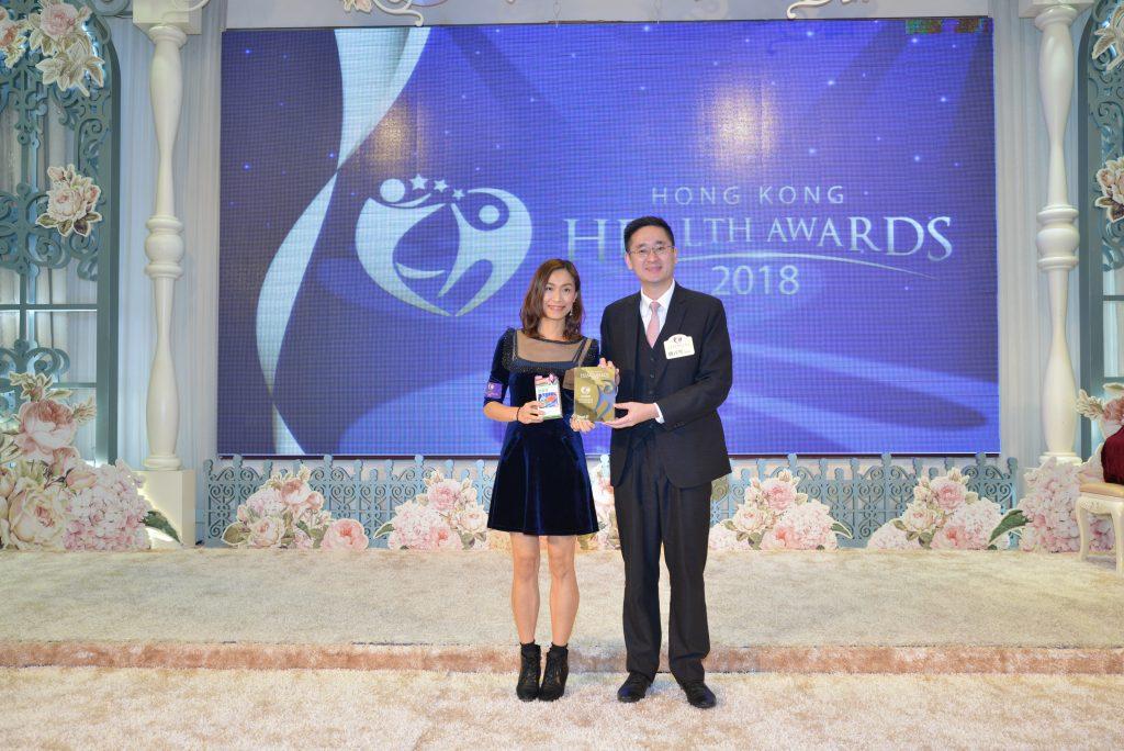 商務及經濟發展局副局長陳百里博士(右)頒發獎座予AB9市場總監Crystal Hui。