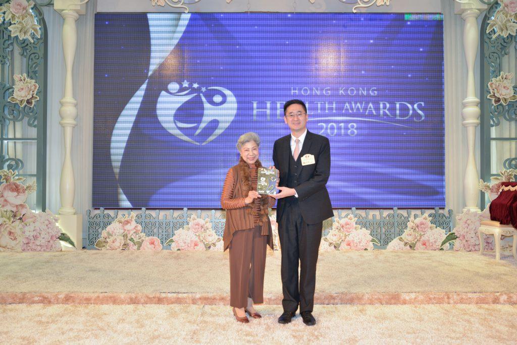 商務及經濟發展局副局長陳百里博士(右)向著名藝人羅蘭頒發活力長青女藝人獎。