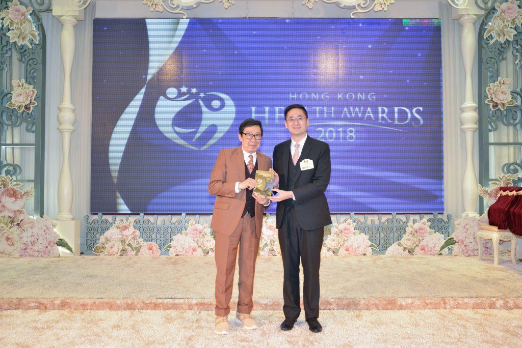 商務及經濟發展局副局長陳百里博士(右)頒發活力長青男藝人獎給影視紅星胡楓。