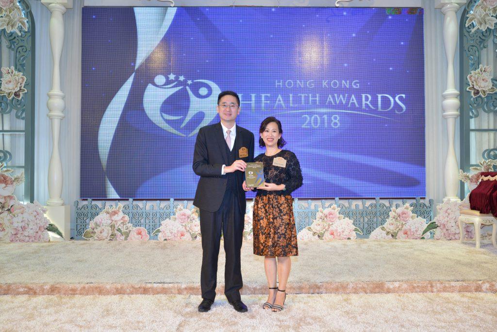 商務及經濟發展局副局長陳百里博士(左)向Absonature代理韻濤集團董事總經理Sidney Chang頒發獎座。