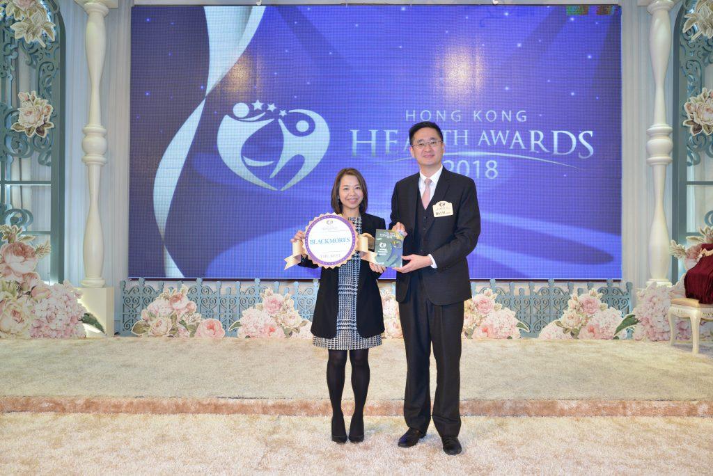 商務及經濟發展局副局長陳百里博士(右)頒發獎座給Blackmores General Manager Moon Chow。