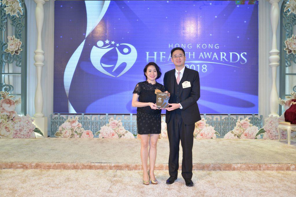 商務及經濟發展局副局長陳百里博士(右)向DK Aromatherapy 創辦人Kat Lai頒發獎座。