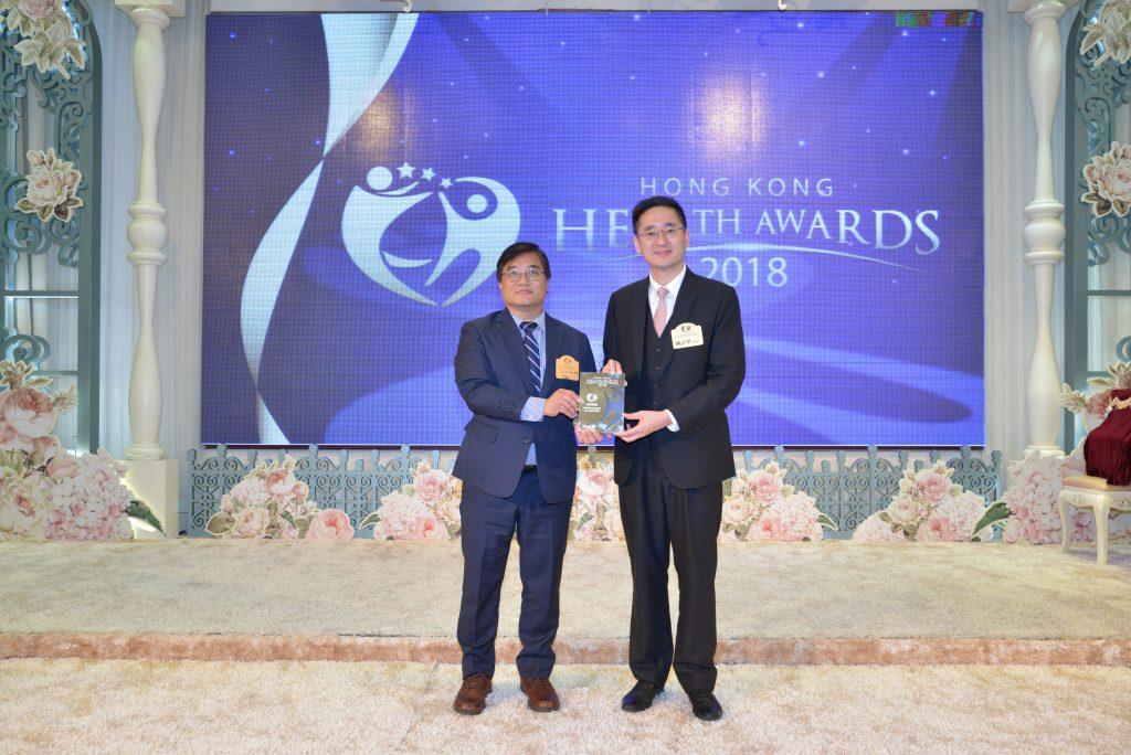 Ekeda 董事 W.H. Kan(左)由商務及經濟發展局副局長陳百里博士頒發獎座。