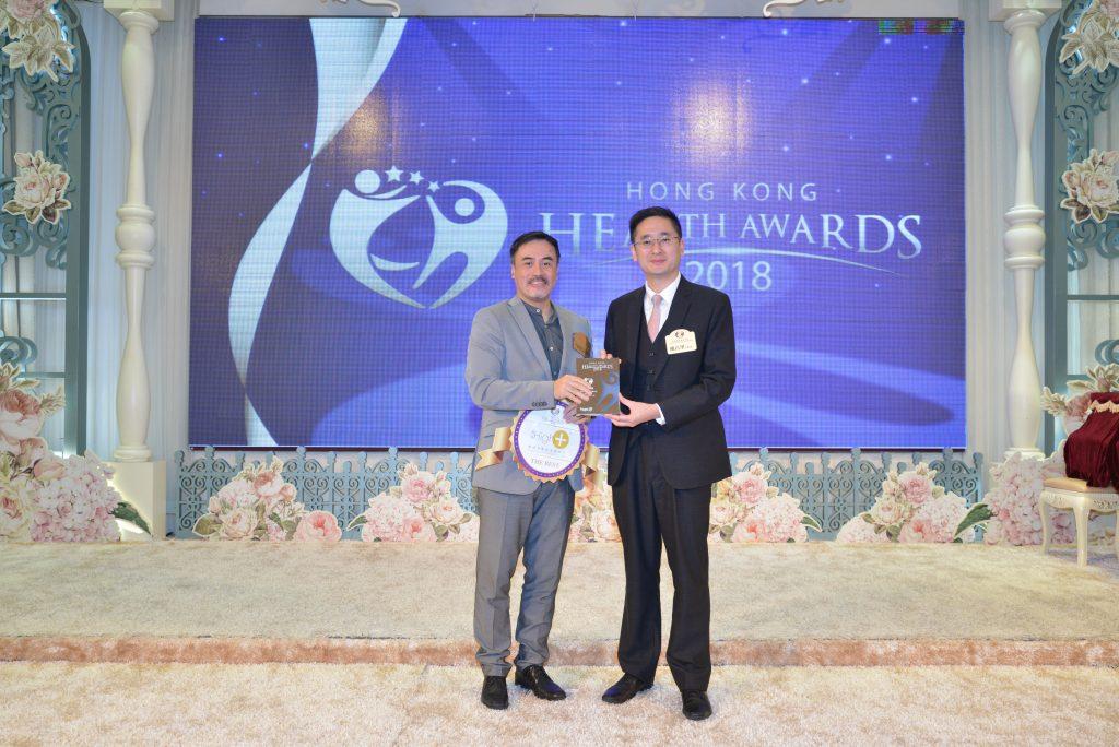 商務及經濟發展局副局長陳百里博士(右)頒發獎座給High+高佳行政總裁Kenneth Lam。