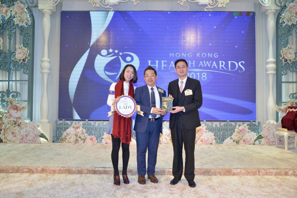 Ms Lady 營運總監Solomon Lam(中)由商務及經濟發展局副局長陳百里博士頒發獎座。