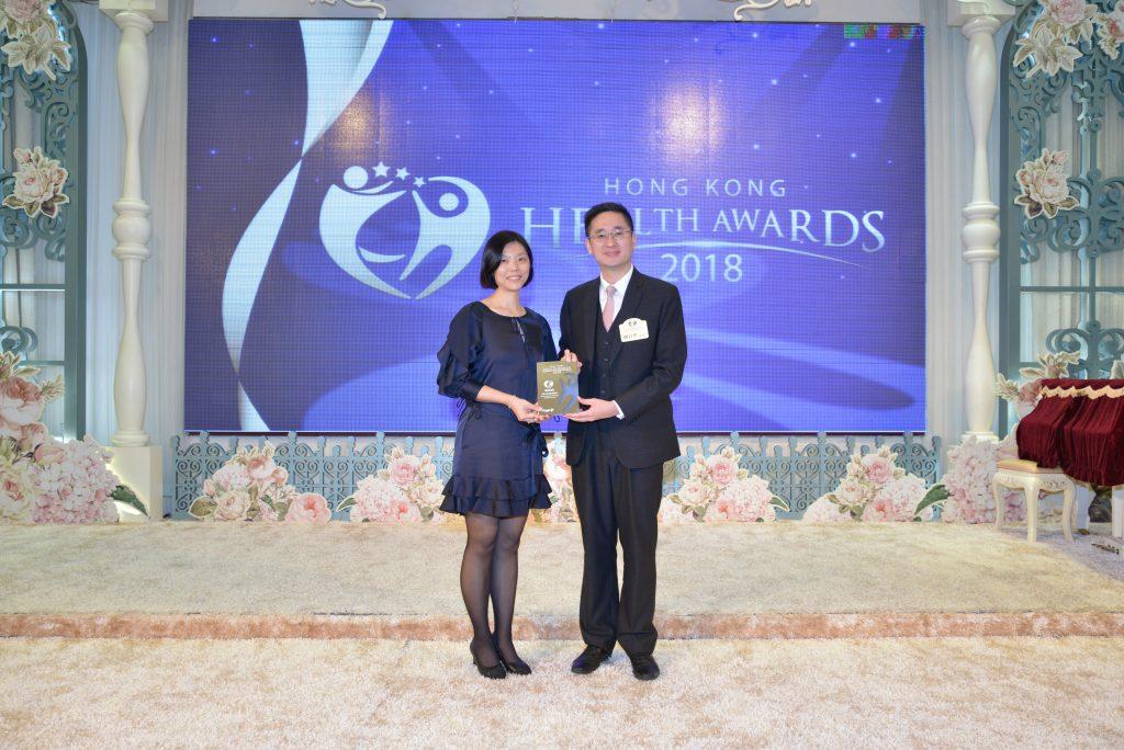 商務及經濟發展局副局長陳百里博士(右)頒發獎座予Synchro Overseas Education Operations Director Elaine Cheung。