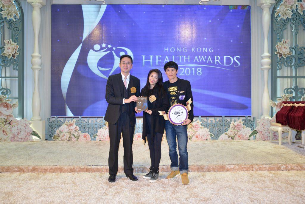 商務及經濟發展局副局長陳百里博士(左)向Timely Dance Studio Production創辦人Abby Tsang及Gary Lam頒發獎座。
