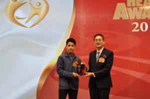 商務及經濟發展局副局長陳百里博士(右)頒發健康藝人獎給李日朗。
