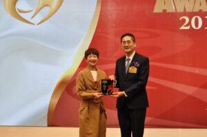 商務及經濟發展局副局長陳百里博士(右)頒發健康藝人獎給譚玉瑛。