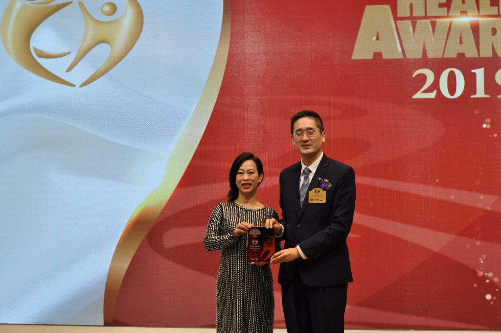 商務及經濟發展局副局長陳百里博士(右)頒發獎座給Shirley Price代理韻濤集團。
