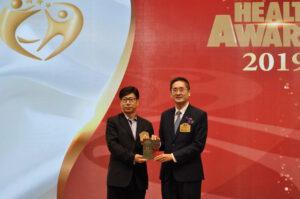 商務及經濟發展局副局長陳百里博士(右)頒發獎座予Myndar。