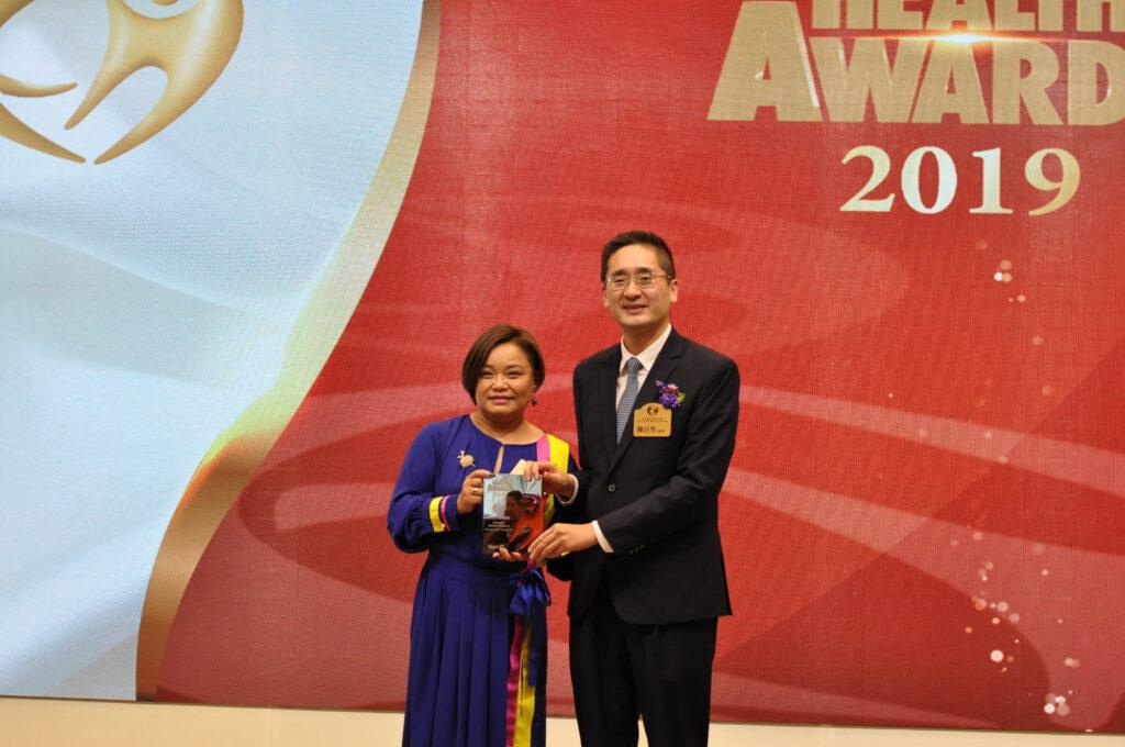 商務及經濟發展局副局長陳百里博士(左)向Nomad Interior Design Ltd創辦人頒發獎項。