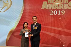 商務及經濟發展局副局長陳百里博士(左)頒發獎座予韻濤集團鄭敏如小姐。