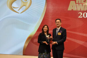 Simplicite香港代理Winnie Frain(左)從商務及經濟發展局副局長陳百里博士手上接過獎座。