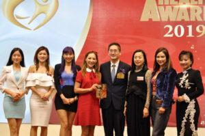 仁美清叙一眾成員從商務及經濟發展局副局長陳百里博士手上接過獎座。